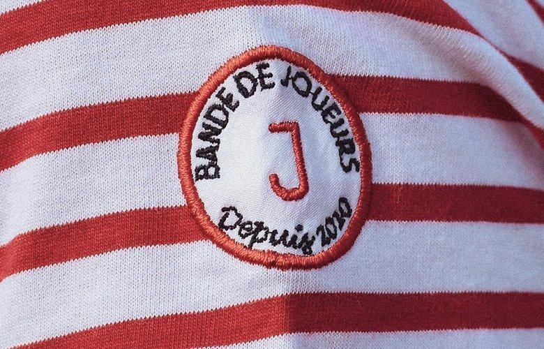 Le zoom detail du t-shirt calypso rouge