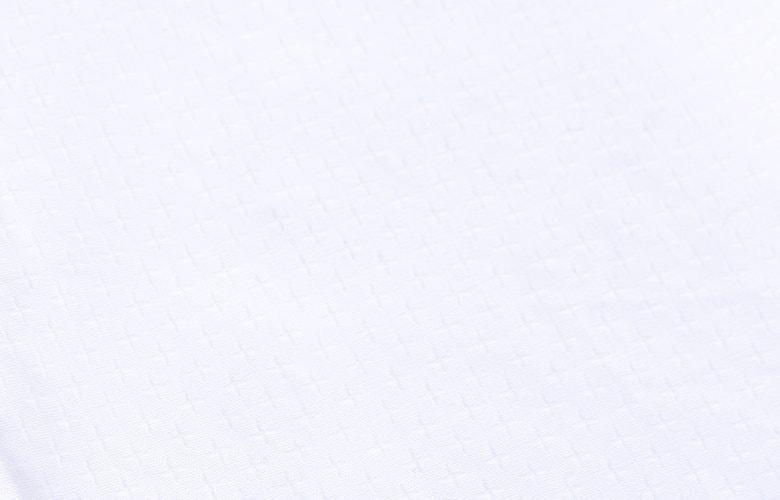La matière gaufrée blanche de la chemise Laurier