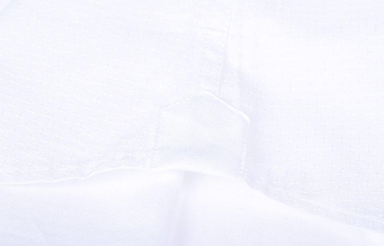 Les détails blanche de la chemise Laurier