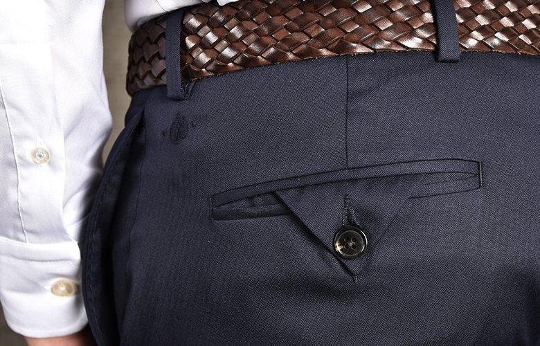 Zoom détails pantalon magot marine