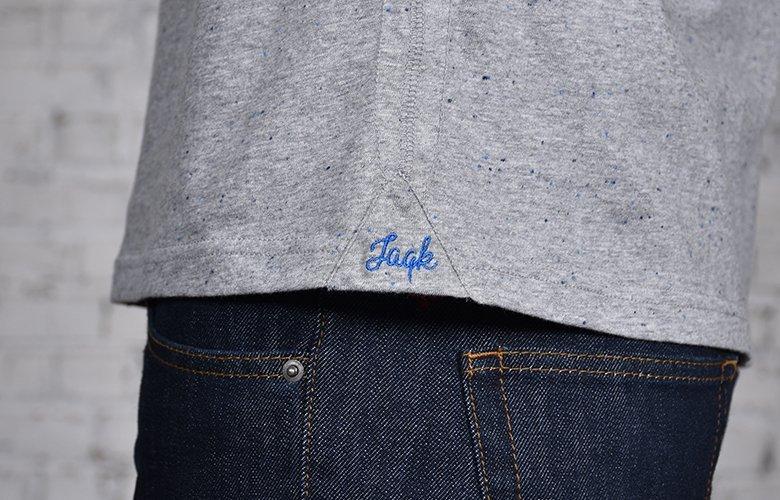 Le zoom detail du t shirt molki gris bleu
