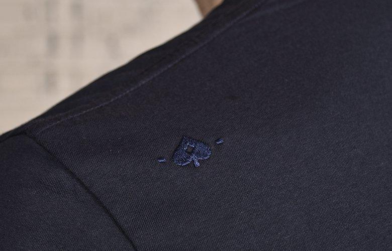 Le zoom detail du tee shirt molki marine